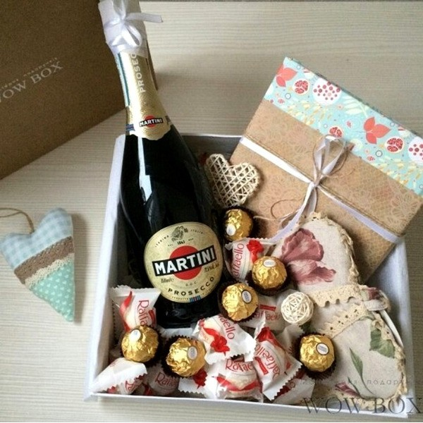 Подарок девушке с шампанским и кулинарной книгой