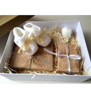 Детские пинетки ручной вязки с книжечкой и свечой