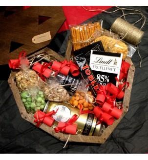 Дерев'яне подарункове серце з солодкими і солоними смаколиками