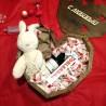 Дерев'яне серце з солодощами, вином та іграшкою