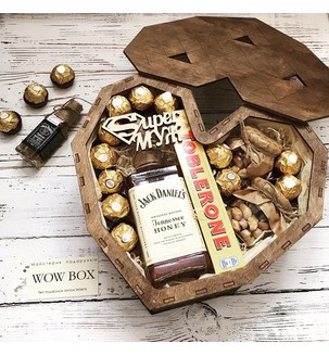 Подарочный набор в деревянном сердце с виски и конфетами