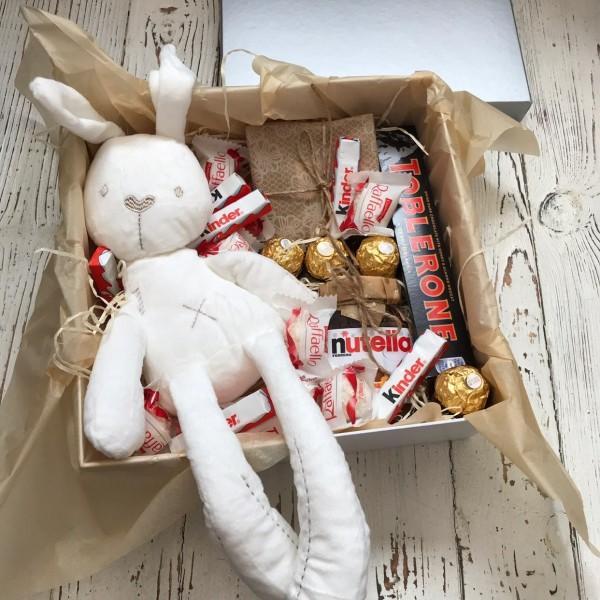М'яка іграшка зайчик з солодощами в коробці