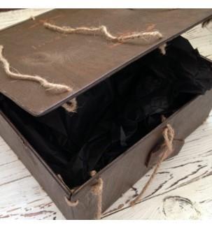 Подарочная деревянная коробка для мужчины приоткрытая